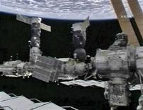 <p>La Stazione spaziale internazionale fotografata assieme alla terra. REUTERS/NASA</p>