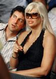 <p>Imagen de archivo de Howard K. Stern y Anna Nicole Smith en un evento de boxeo en Hollywood, 7 ene 2007. El compañero por largo tiempo de Anna Nicole Smith y dos psiquiatras fueron acusados el jueves de conspirar para proveer de drogas a la ex chica Playboy en los años previos a su muerte en el 2007, la que fue provocada por una sobredosis de medicamentos. REUTERS/Hans Deryk/Archivo</p>