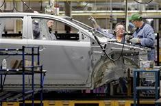 <p>Ford Motor Company employees assemble a new Ford Edge on the company's new flexible assembly line at the Ford assembly plant in Oakville, a Toronto suburb, October 16, 2006. REUTERS/J.P. Moczulski</p>