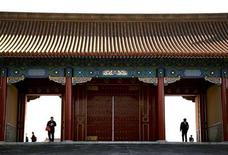 <p>Tourists walk through a gate located inside the Forbidden City in Beijing October 10, 2008. REUTERS/David Gray</p>