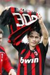 <p>Atacante Filippo Inzaghi comemora seu 300o gol, ao marcar dois na vitória arrasadora de 5 x 1 do Milan sobre o Siena, neste domingo. REUTERS/Giampiero Sposito</p>