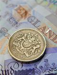 <p>Монета достоинством в один фунт в Лондоне 17 июня 2008 года. Целая британская деревня, в которой 22 дома, две кузницы и поле для игры в крикет, выставлена на продажу на этой неделе. REUTERS/Toby Melville</p>