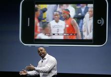<p>Oke Okaro de Espn discute las nuevas aplicaciones del software de su iPhone de Apple Inc en Cupertino, EEUU, 17 mar 2009. Apple presentó el martes una actualización del software para su teléfono móvil iPhone con nuevas funciones, como la de cortar y pegar y la de notificaciones automáticas, en un momento en el que la firma busca más crecimiento en un mercado disputado. REUTERS/Robert Galbraith</p>