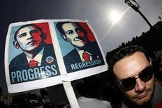 <p>Демонстрант держит плакат с изображениями президента США Барака Обамы и президента Франции Николя Саркози во время митинга протеста в Ницце 19 марта 2009 года. Во Франции в четверг проходит вторая с начала года всеобщая забастовка против политики правительства, в которой, по прогнозам, примут участие более миллиона человек. REUTERS/Eric Gaillard</p>