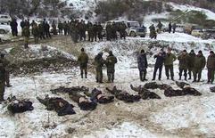 <p>Сотрудники МВД РФ стоят возле тел боевиков, убитых в ходе спецоперации в Карабудахкентском районе Дагестана 21 марта 2009 года. Как минимум четыре боевика были убиты в ночь с пятницы на субботу в Дагестане, а число погибших за последние три дня достигло 20, сообщили в субботу российские СМИ. REUTERS/Timur Abdullaev/NewsTeam</p>