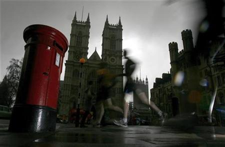 Joggers run past a post box opposite Westminster Abbey in central London February 24, 2009. REUTERS/Andrew Winning