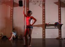 """<p>Porscha Williams assiste o instrutor durante uma aula de """"pole dance"""", na Flirty Girl Fitness (algo como """"academia da garota sedutora""""), em Chicago. 17/02/2009. REUTERS/John Gress</p>"""