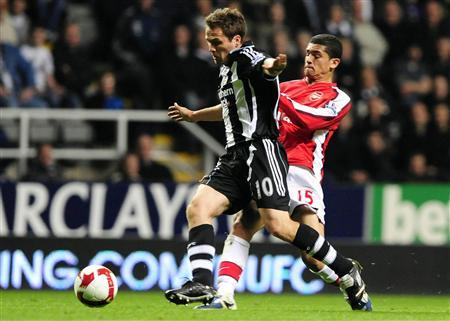 Arsenal's Denilson (R) challenges Newcastle United's Michael Owen during their English Premier League soccer match in Newcastle March 21, 2009. REUTERS/Nigel Roddis