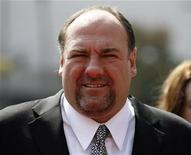 "<p>James Gandolfini asiste a un evento en Los Angeles, 13 sep 2008. La estrella de la serie ""The Sopranos"" James Gandolfini consiguió el lunes elogiosas críticas por su papel en ""God of Carnage"", una obra de teatro sobre dos parejas cuyo intento de tratar de manera amigable una pelea de sus hijos acaba en caos. REUTERS/Mario Anzuoni</p>"
