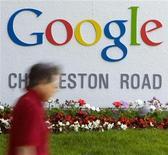 <p>Un hombre camina cerca de la sede de Google Inc. en Mountain View, California, 8 mayo 2008. Google se ha puesto a dietadespués de años engullendo empresas. El gigante de internet no ha anunciado una adquisición en seis meses, una baja significativa de su ritmo de adquisiciones si se tiene en cuenta los más de 30 acuerdos desde el 2005. REUTERS/Kimberly White/Archivo</p>