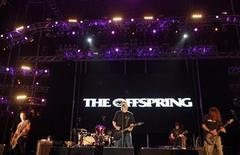 <p>Foto de archivo de la banda The Offspring durante su presentación en el festival Rock in Río de Lisboa, 6 jun 2008. The Offspring regresará a los escenarios con una nueva gira luego de cuatro años de ausencia en Estados Unidos, dijeron el martes los veteranos del punk de California. REUTERS/Jose Manuel Ribeiro (PORTUGAL)</p>