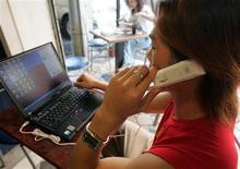 <p>Selon les données du cabinet spécialisé dans les télécoms TeleGeography, quelque 8% des appels internationaux passés en 2008 l'ont été par l'intermédiaire du logiciel de téléphonie gratuite par internet ou à prix réduit Skype, ce qui représente une hausse de 41% par rapport à 2007. /Photo d'archives/REUTERS/Richard Chung</p>