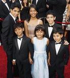 """<p>Imagen de archivo de los jóvenes actores de """"Slumdog Millionaire"""" en los premios Oscar en Hollywood, 22 feb 2009. Llegó a ser tan famoso como los niños actores de """"Slumdog Millionaire"""", pero para Shafiq Syed el salto de la pobreza al éxito terminó y hoy gana tres dólares diarios como chofer. Tras haber disfrutado la atención pública por su papel como un niño callejero en el filme nominado al Oscar """"Salaam Bombay"""" de 1988, Syed lucha ahora por alimentar a su familia de cinco personas en su ciudad en el sur de India. REUTERS/Lucas Jackson/Archivo</p>"""