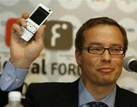 <p>Diretor de serviços de entretenimento da Noki, Tero Ojanpera, exibe celular em entrevista. A loja online Ovi vai oferecer alguns vídeos, mas a Nokia não planeja um serviço de vídeo mais amplo.</p>