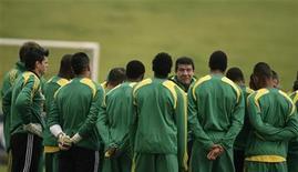 <p>Foto de archivo del entrnador Joel Santana hablando con la selección sudafricana de fútbol en Germiston, Sudáfrica, 27 mayo 2008. Los futbolistas de la selección de Sudáfrica acudieron el miércoles a una práctica y se encontraron con que fueron convocados para actuar en un aviso publicitario sobre el cual no habían sido informados, dijo la Asociación de Prensa de ese país. REUTERS/Siphiwe Sibeko</p>