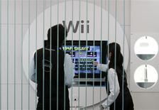 <p>Pessoas jogam com o Wii da Nintendo na sala de exposições da empresa, em Tóquio. 29/01/2009. REUTERS/Toru Hanai</p>