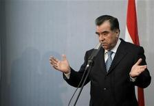 <p>Президент Таджикистана Эмомали Рахмон дает пресс-конференцию в Риге 9 февраля 2009 года. Шурин президента Таджикистана и глава крупнейшего банка страны подарил столичной еврейской общине здание, которое заменит снесенную синагогу, мешавшую проезду в резиденцию главы государства. REUTERS/Ints Kalnins (LATVIA)</p>