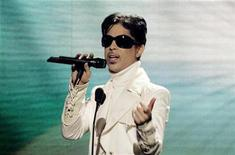 <p>Musician Prince performs at the taping of the ALMA awards in Pasadena, California June 1, 2007. REUTERS/Fred Prouser</p>