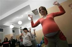<p>Alexandra Novak practices during a course for pregnant women at a hospital in Warsaw March 14, 2007. A pregnancy hormone that relaxes blood vessels appeared to reduce symptoms of acute heart failure and improve survival, according to a preliminary study released by U.S. researchers on Sunday. REUTERS/Katarina Stoltz</p>