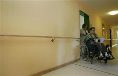 <p>Пожилая женщина в инвалидной коляске в доме престарелых под Мюнхеном 19 июня 2007 года. Вооруженный мужчина убил восемь человек, включая семерых пациентов дома престарелых, в маленьком городке в Северной Каролине в воскресенье, сообщили местные власти. REUTERS/Michaela Rehle</p>