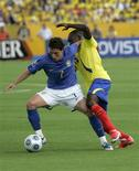 <p>Walter Ayovi e Elano disputam a bola em partida entre Brasil e Equador pelas eliminatórias da Copa do Mundo de 2010, em Quito. 29/03/2009. REUTERS/Teddy Garcia</p>
