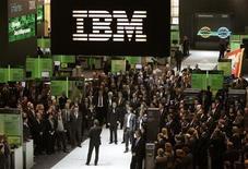 """<p>Foto de archivo del sitio de IBM durante la feria tecnológica CeBIT desarrollada en Hannover, Alemania, 3 mar 2009. La estadounidense IBM encabeza a una docena de empresas de tecnología que el lunes pidieron estándares abiertos para promover una """"nube"""" computacional, una tecnología que la industria espera que impulse el crecimiento durante la próxima década. REUTERS/Hannibal Hanschke</p>"""