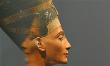 The bust of Nefertiti is reflected in an exhibition room in Berlin's Altes Museum in this August 12, 2005 file photo. REUTERS/Tobias Schwarz