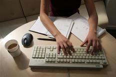 <p>Immagine d'archivio di una donna che lavora a computer. REUTERS/Catherine Benson CRB</p>