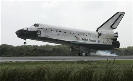 The space shuttle Discovery returns to earth at the Kennedy Space Center in Cape Canaveral, Florida March 28, 2009. REUTERS/John Raoux/Pool