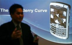 "<p>Norm Lee, vicepresidente di Research in Motion presenta il modello ""Blackberry Curve 8300"" REUTERS/ Punit Paranjpe</p>"