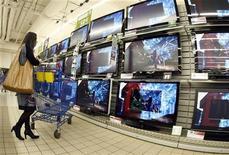 <p>Una serie di televisori a schermo piatto esposti in un supermercato. REUTERS/Eric Gaillard</p>