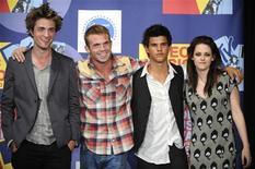 """<p>Elenco de """"Crepúsculo"""": Robert Patterson, Cam Gigandet, Taylor Lautner e Kristen Stewart, em Los Angeles. 07/09/2008. REUTERS/Phil McCarten</p>"""