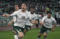 <p>Robbie Keane comemora com os companheiros da seleção da Irlanda gol do empate por 1 x 1 com a Itália, em Bari, em partida das eliminatórias da Copa de 2010. 01/04/2009. REUTERS/Tony Gentile</p>