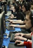 <p>Alcuni utenti al computer REUTERS/Fabrizio Bensch</p>