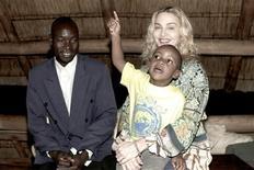 <p>Pop star Maddonna e seu filho adotado David Banda em visita ao seu pai biológico Yohane Banda, no Malaui. 31/03/2009. REUTERS/Tom Munro/Warner Brothers Records/Divulgação</p>