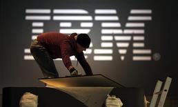 <p>Selon une source proche du dossier, IBM a ramené son offre sur Sun Microsystems à 9,55 dollars par action et pourrait dévoiler la semaine prochaine les modalités de la plus grosse OPA qu'il ait jamais lancée. /Photo prise le 8 mars 2009/REUTERS/Hannibal Hanschke</p>