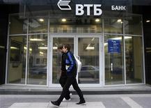 <p>Люди проходят мимо отделения банка ВТБ в Санкт-Петербурге 16 сентября 2008 года. Российский ВТБ ограничит выплату бонусов топ-менеджерам в этом году, заявил глава госбанка Андрей Костин. REUTERS/Alexander Demianchuk</p>
