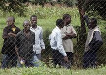 <p>Malauíes esperan la llegada de la cantante Madonna al Tribunal Superior de Lilongüe, 3 abr 2009. La cantante estadounidense Madonna no podrá adoptar un segundo niño en Malaui, según falló el viernes el Tribunal Superior del país africano. REUTERS/Antony Njuguna</p>