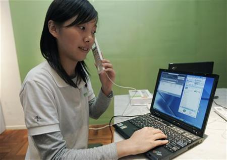 A model demonstrates a new IPEVO Free.2 Skype internet phone during a news conference in Taipei, January 17, 2007. REUTERS/Richard Chung
