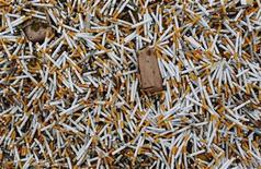 <p>Конфискованные сигареты в Чанчжи, провинция Шаньси, Китай, 12 марта 2009 года. Терапия замещения никотина поможет курильщикам бросить пагубную привычку, даже если они считают, что еще не готовы к этому, свидетельствуют данные исследования, опубликованные в пятницу. REUTERS/Stringer</p>