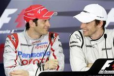 <p>Il pilota Toyota Jarno Trulli e il pilota Brawn GP Jenson Button dopo la sessione di qualificazione a Sepang. REUTERS/Shaiful Rizal</p>