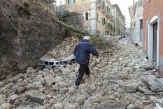 <p>Мужчина идет по обломкам дома в поисках своих роственников в Л'Аквиле 6 апреля 2009 года. По крайней мере 27 человек погибли в понедельник в результате землетрясения в центральной области Италии, несколько десятков были ранены, тысячи остались без крова, сообщило итальянское информагентство Ansa со ссылкой на работников медучреждений. REUTERS/Alessandro Bianchi</p>