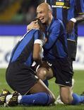 <p>Jogadores Patrick Vieria e Esteban Cambiasso comemoram no jogo contra a Udinese no Campeonato Italiano. 05/04/2009. REUTERS/Daniel Raunig</p>