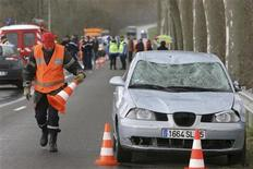 <p>Immagine d'archivio di un incidente stradale. REUTERS/Laurent Dard (FRANCE DISASTER)</p>