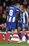 <p>Mariano e Lucho comemoram gol no empate em 2 x 2 com o Manchester nesta terça-feira pela Liga dos Campeões. REUTERS/Jose Manuel Ribeiro</p>