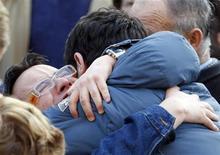 <p>Il dolore ai funerali del 24enne Giuseppe Chiavaroli a Loreto Aprutino. REUTERS/Giampiero Sposito</p>