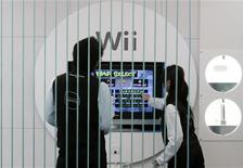 <p>Immagine di persone impegnate a giocare alla Wii a Tokyo. REUTERS/Toru Hanai (JAPAN)</p>