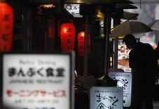 <p>A businessman stops to look at a menu placed in front of a restaurant in Tokyo January 30, 2009. REUTERS/Yuriko Nakao</p>
