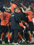 <p>Jogadores do Shaktar Donetsk comemoram gol contra o Olympique Marseille pela Copa da Uefa. REUTERS/Konstantin Chernichkin</p>