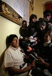 """<p>Президент Боливии Эво Моралес (слева) общается с журналистами на второй день своей голодовки в Ла-Пасе 10 апреля 2009 года. Конгресс Боливии одобрил в четверг """"общее содержание"""" нового закона о выборах через несколько часов после того, как президент страны Эво Моралес объявил голодовку в знак протеста против действий оппозиции, которая блокировала закон. REUTERS/David Mercado</p>"""